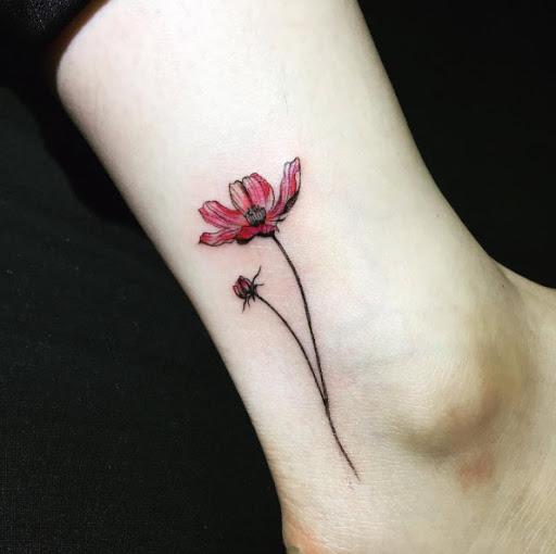 Esta aquarela flor no tornozelo