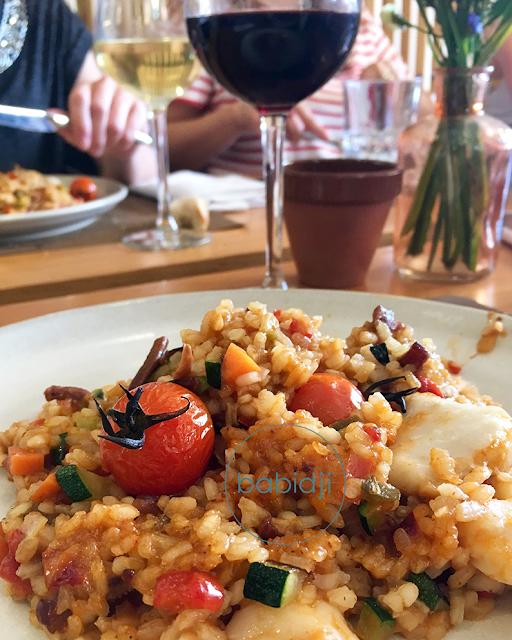 Gros plan sur une assiette de paella au restaurant le Cibus au Mas Salagros