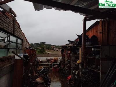 Temporal com fortes chuvas e ventos derrubam árvores, destelham casas e comércios em Turvo