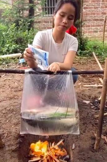Clip. Cô gái nấu cá bằng… túi nilon cực điệu nghệ, dân mạng xem xong tròn mặt ngạc nhiên mà chẳng lý giải nổi tại sao