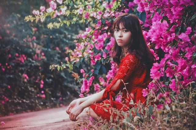 Cô bé mặc áo đỏ trong rừng hoa
