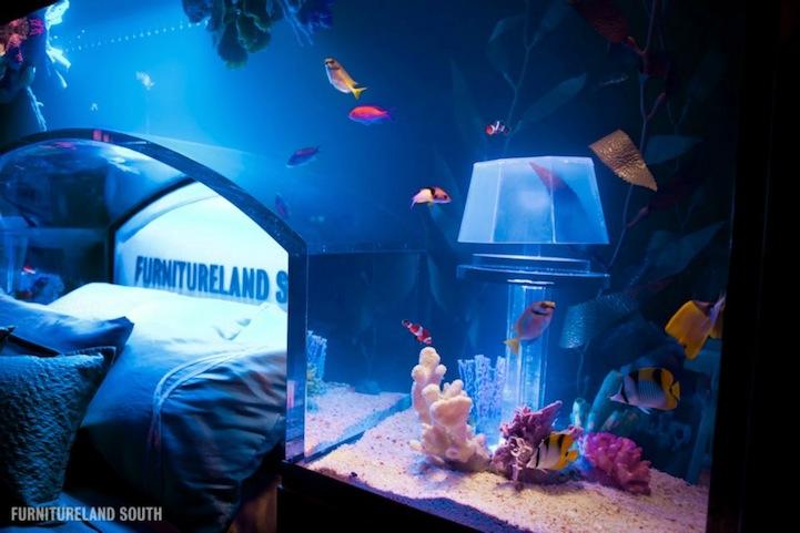 Hogares frescos cama acuario le permite dormir con los peces for Salzwasser aquarium
