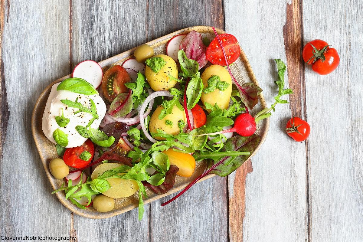 Insalata di patate, pomodori e pesto di rucola