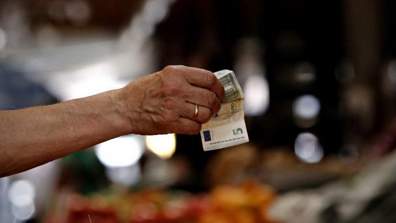 «Κυνηγοί» επιδομάτων και... ελπίδας στην Ελλάδα της φτώχειας