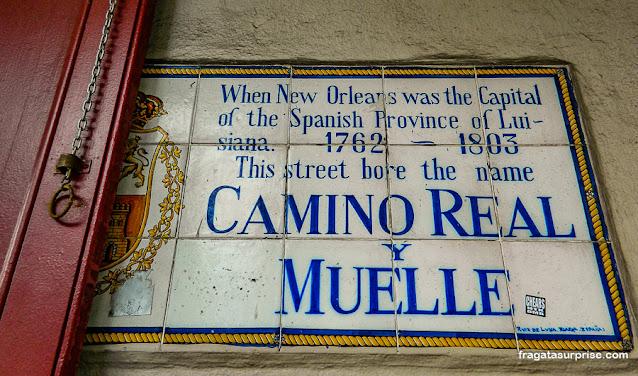 Placa lembra a colonização espanhola no French Quarter, Nova Orleans
