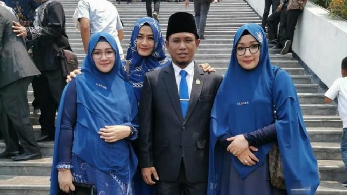 Heboh! Lora Fadil Bawa 3 Istri Cantik di Pelantikan DPR