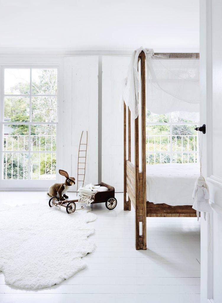 Dormitorio blanco y madera para los amantes del total white y del estilo natural