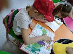 Девочки читают школьный лагерь Усмішка бібліотека-філія №4 М.Дніпро