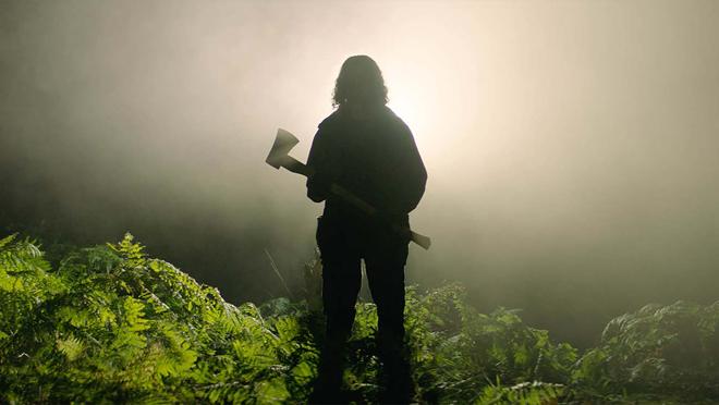 asesino con hacha en el bosque