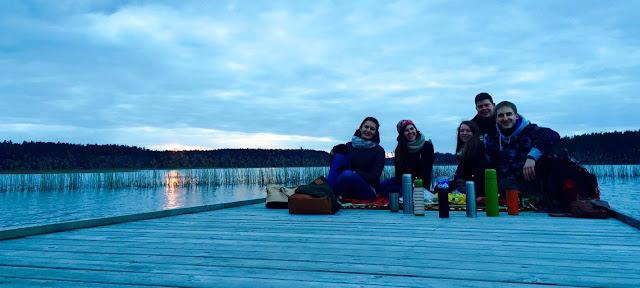 friends; lake; lithuania; lietuva; litwa; przyjaciele; jezioro; baluosas; baluoso ezeras; zmrok; wieczor; kawka; herbata