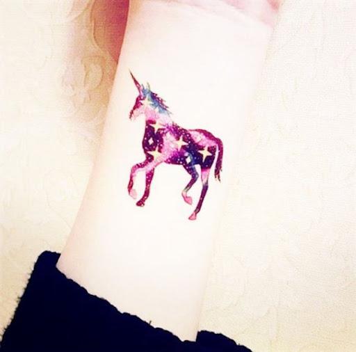 Este estrelado pulso de tatuagem