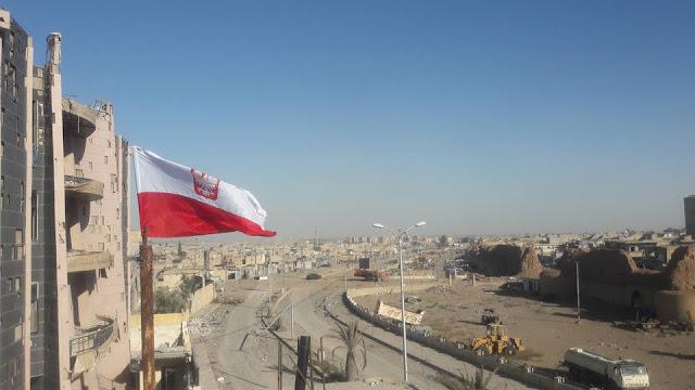 Polska flaga w Raqqa