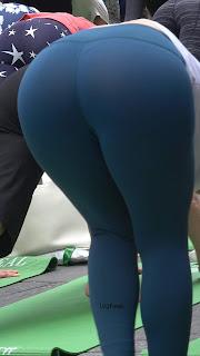 mujeres hermosas haciendo yoga
