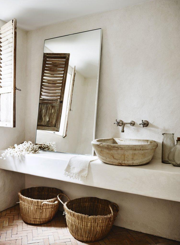 Cuarto de baño blanco y natural