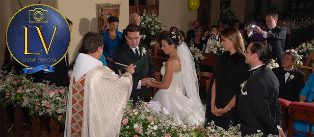 Novios hacen sus promesas de casamiento delante del sacerdote