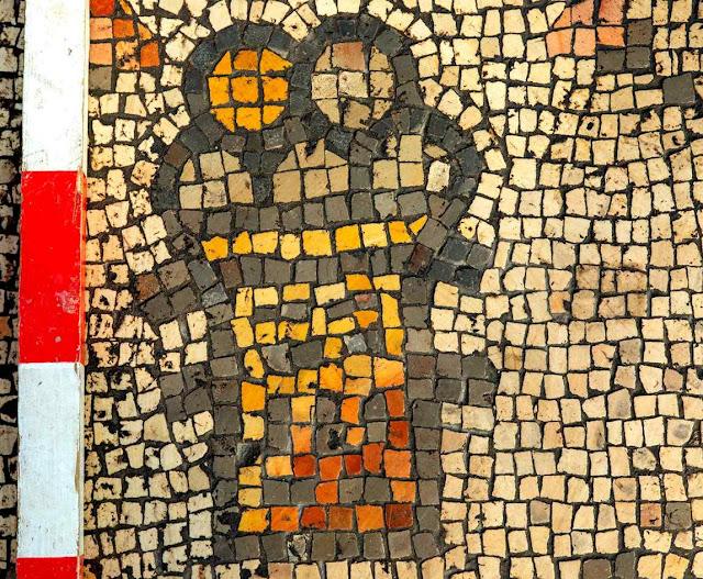 Cesto com pães no mosaico da 'igreja queimmada' em Hippos-Sussita (cortesia Michael Eisenberg)