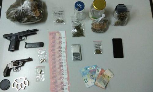 Ένας ημεδαπός συνελήφθη στον Παρακάλαμο Ιωαννίνων, από αστυνομικούς του Τμήματος Δίωξης Ναρκωτικών της Υποδιεύθυνσης Ασφάλειας Ιωαννίνων ημεδαπός, σε βάρος του οποίου σχηματίσθηκε κακουργηματικού χαρακτήρα δικογραφία για κατοχή και διακίνηση ναρκωτικών, παράνομη οπλοκατοχή και παραχάραξη νομίσματος.