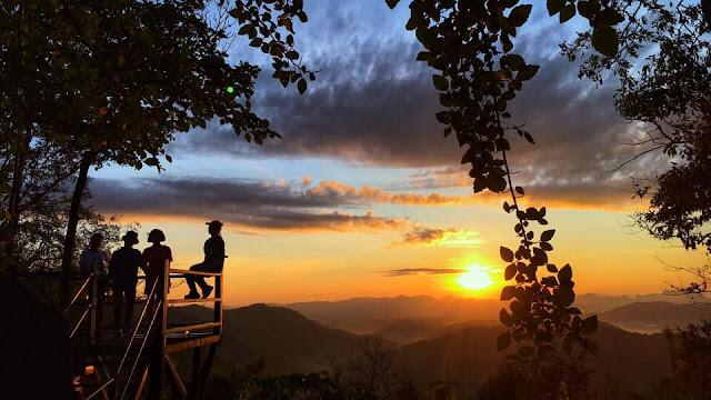 จุดชมวิวทางตะวันออก จะมองเห็นภูเขาเป็นส่วนใหญ่ เป็นจุดชมพระอาทิตย์ขึ้นผ่านทะเลหมอกในยามเช้าของฤดูหนาว