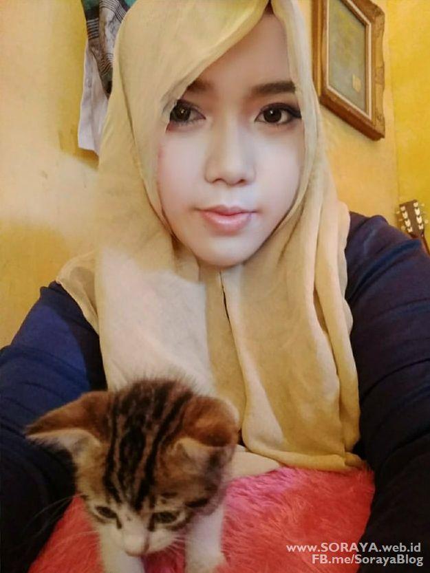foto selfie soraya wanita berjilbab bersama kucing