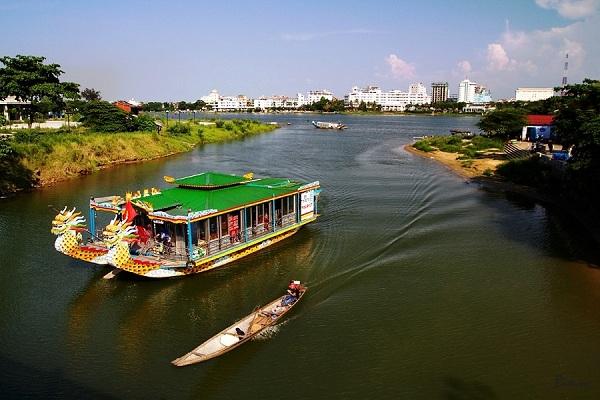 thuyền rồng trên sông Huế