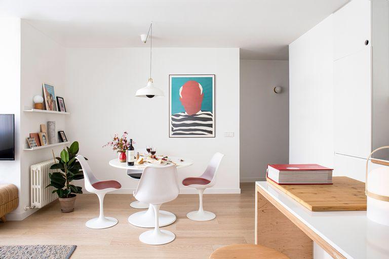 Comedor de planta abierta con mesa y sillas blancas