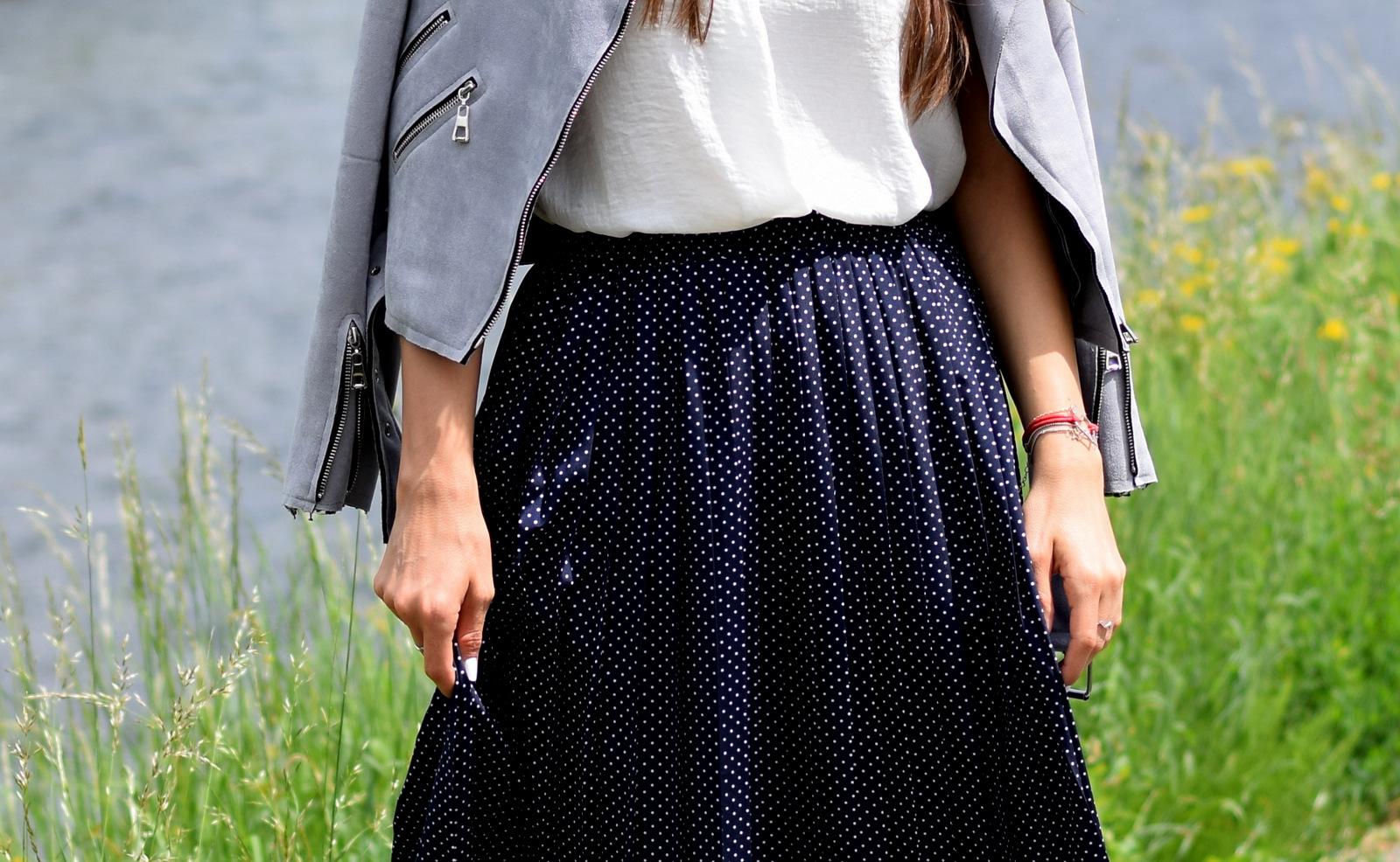 modrá plisovaná sukňa s bielymi bodkami