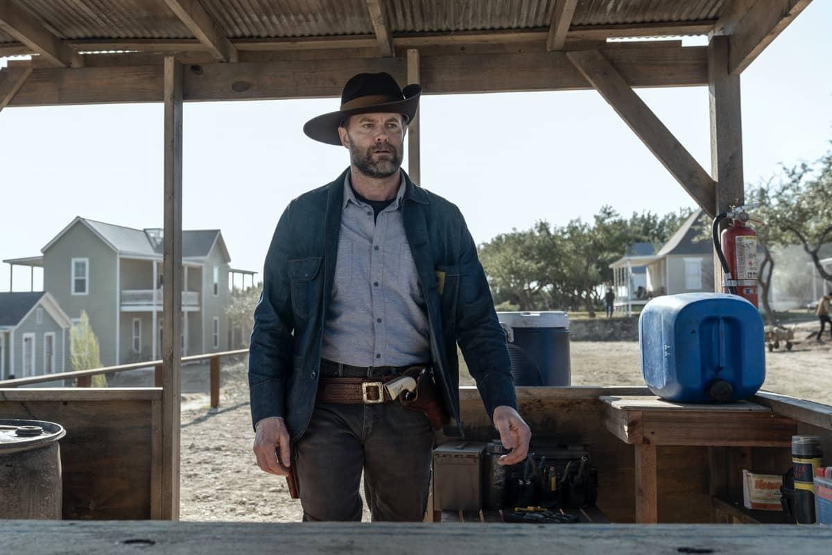 John Dorie en uno de sus turnos de vigilancia en el episodio 6x04 de Fear The Walking Dead
