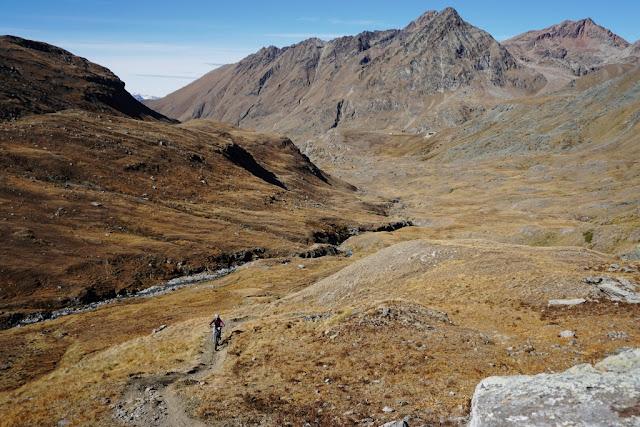 un vttae qui remonte les alpages de Grauson en direction du col d'invergnieux