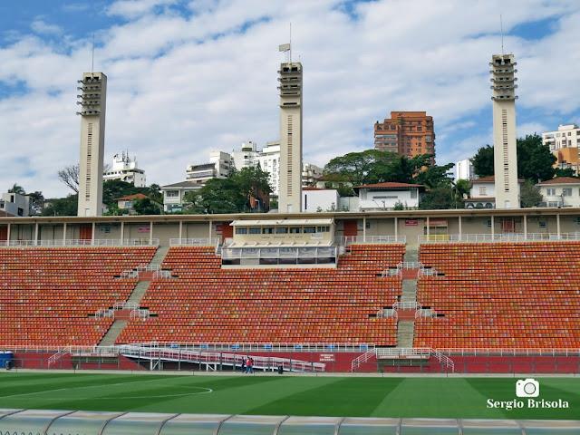 Vista frontal das Cadeiras Laranja e Cabines de Rádio do Estádio do Pacaembu