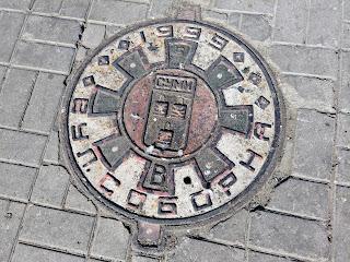 Сумы. Ул. Соборная. Люк с датой реконструкции улицы – 1999 г.