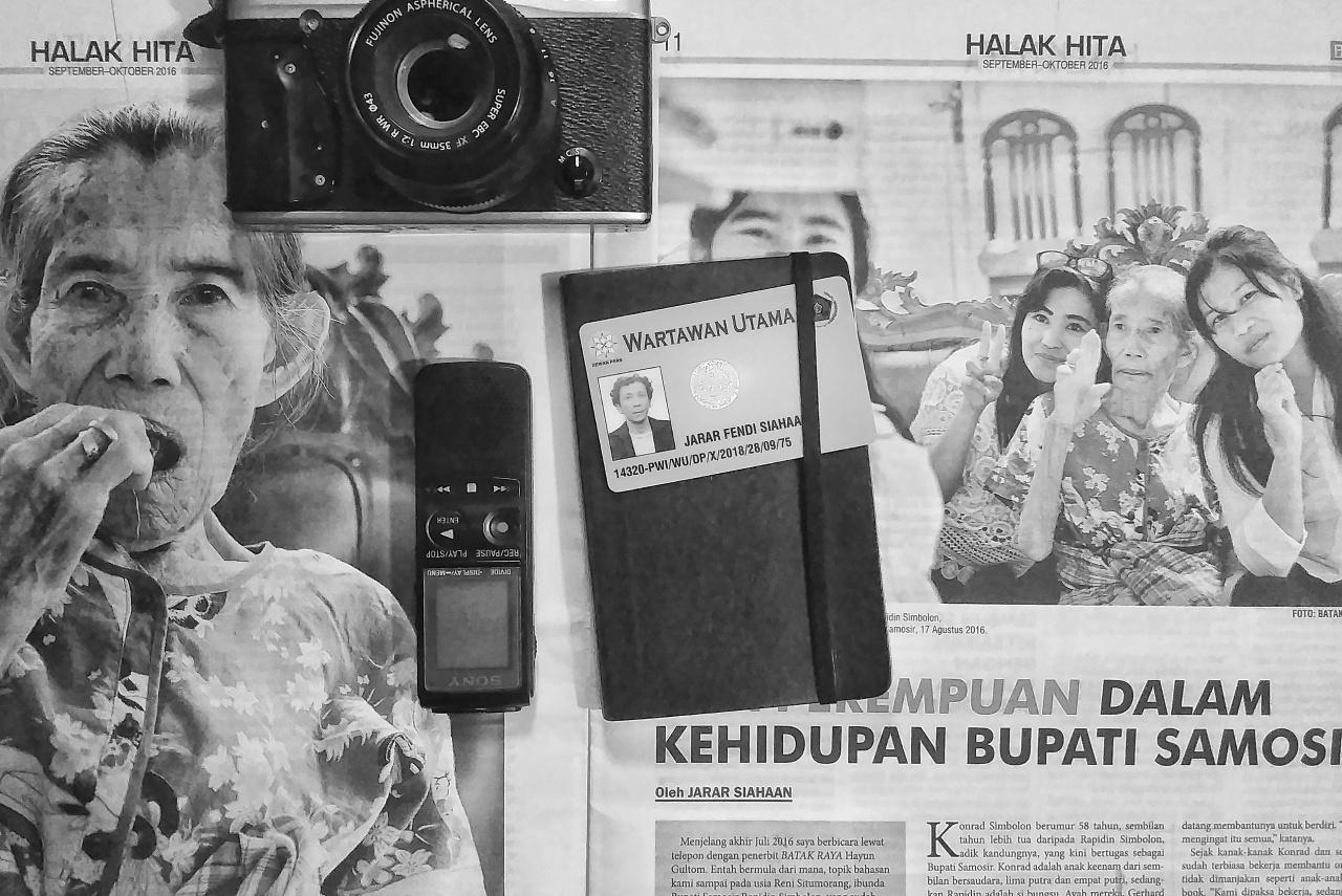 kartu pers alat kerja jurnalistik kamera wartawan perekam
