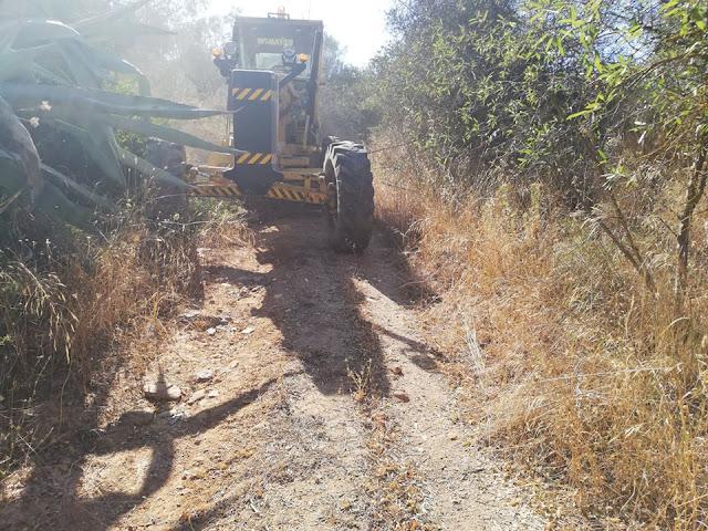 Καθαρισμός αγροτικών δρόμων στα Λευκάκια με τα μηχανήματα του Δήμου Ναυπλιέων