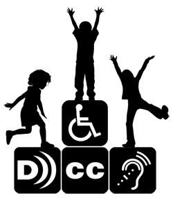 Crianças brincando sobre quatro blocos. Em cada bloco vê-se a seguinte inscrição: o símbolo da audiodescrição, o símbolo do closed caption, uma cadeira de rodas e o desenho de uma orelha