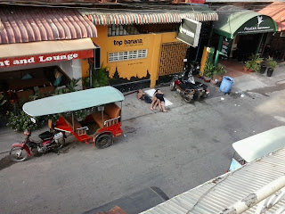 Backpackers sleep in Phnom Penh street