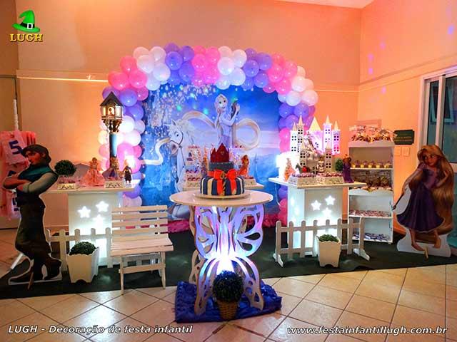 Decoração de mesa infantil provençal simples tema Os Enrolados - Rapunzel