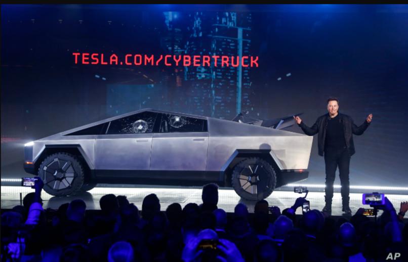 El director ejecutivo de Tesla, Elon Musk, presenta el modelo Cybertruck en el estudio de diseño de la compañía, el 21 de noviembre de 2019 en Hawthorne, EE.UU / AP