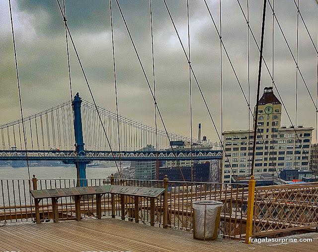 Painéis informativos na Ponte do Brooklyn