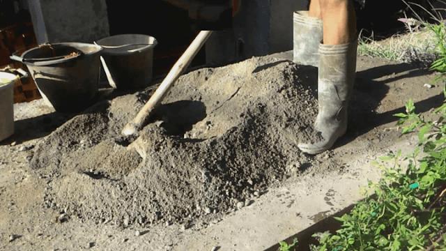 Membuat Adukan Semen Manual Tangan