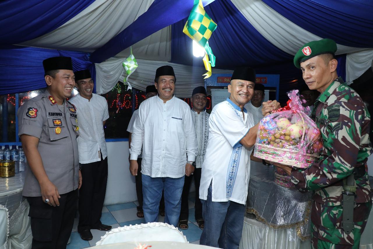 Sekda Asahan Taufik ZA dudampingi Kafus Infokom Rahmat Hudayat Siregar menyerahka bingkisan pada petugas di pos pelayanan mudik.