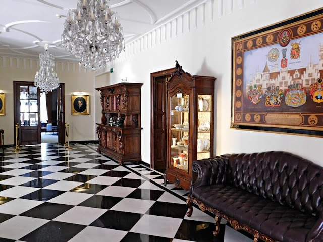 korytarz, meble, żyrandol, posadzka