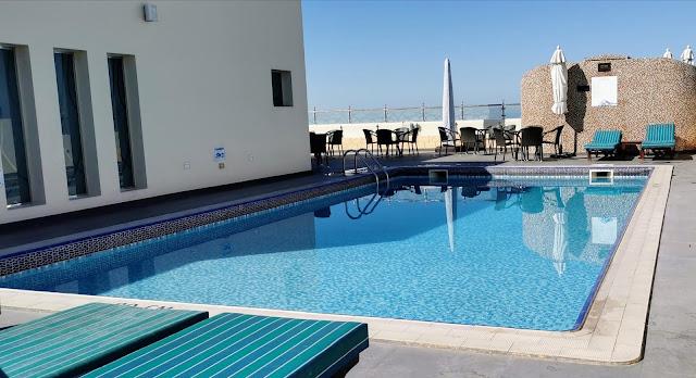 Hotellin kattoterassilla on uima-allas