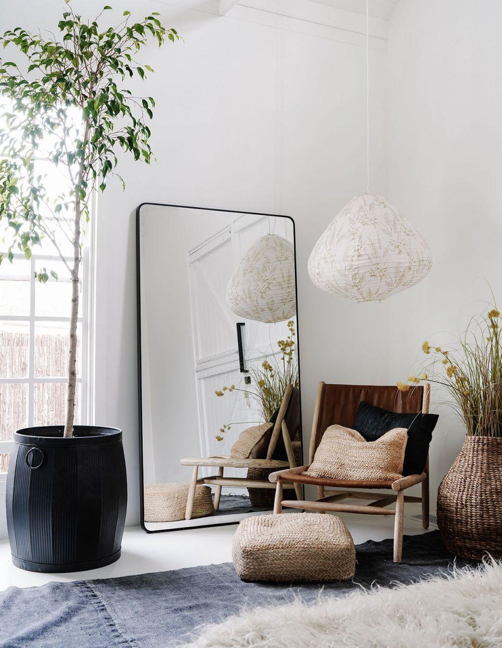 ilaria fatone inspirations - un miroir oversize posé au sol à coté d'une fenêtre