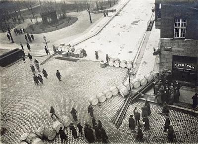 ESPARTAQUISTAS LEVANTAN BARRICADAS EN EL CENTRO DE BERLÍN (MARZO DE 1919).