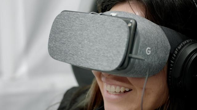 Eine Nutzerin trägt Googles Daydream und lächelt.