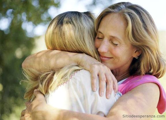 Mujer perdonando a  amiga