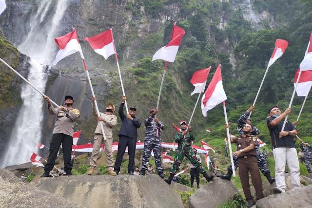 Bupati Asahan dan Forkopimda Kibarkan Bendera Merah Putih di Bawah Air Terjun Ponot