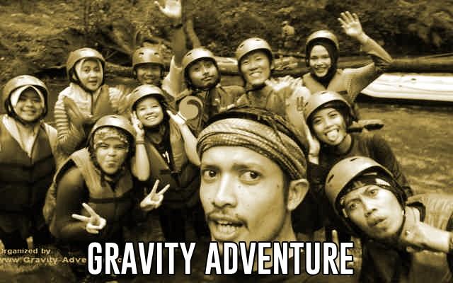 berpose bersama kru gravity adventure rafting di sungai palayangan bandung