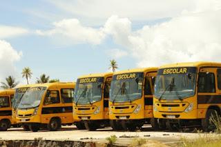 Governador entrega ônibus