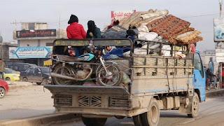 إدلب.. نزوح 21 ألف سوري نحو الحدود التركية بسبب قصف النظام (فيديو)