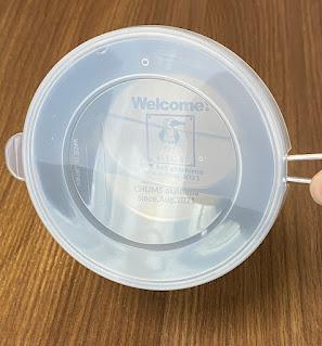 シェラカップにフタをして水を入れた状態、横にしても漏れない